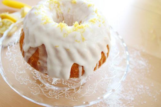 Kokos-Guglhupf mit Zitronenglasur