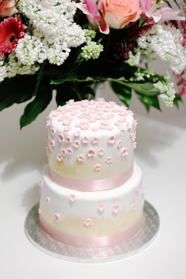 Geburtstag Stocktorte in rosa und gold mit vielen Zuckerblumen / www.fanfarella.at