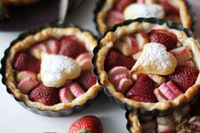 Erdbeer Rhabarber Tartelettes Dessert zum Muttertag / http://www.fanfarella.at/1mf6