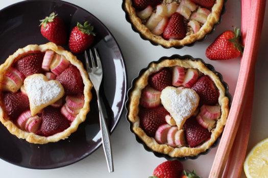 Rezept: Erdbeer-Rhabarber Tartelettes Dessert zum Muttertag